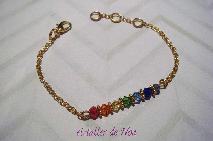 Pulsera con cristales con los colores de los 7 chakras y cadena dorada ref. ddi16010 de la Col... Delicatesse Doré. La puedes encontrar en nuestra tienda on-line www.eltallerdenoa.com #bisutería #bijuteria #jewelry #hechoamano #fetama #handmade #bisuteríafina #joieriafina #finejewelry #joyas #joies #jewels #pulsera #polsera #bracelet #dorado #daurat #gold #cadena #chain #manodefatima #màfatima #fatimahand #elegante #stylish #elegant #fancy #chakras #eltallerdenoa