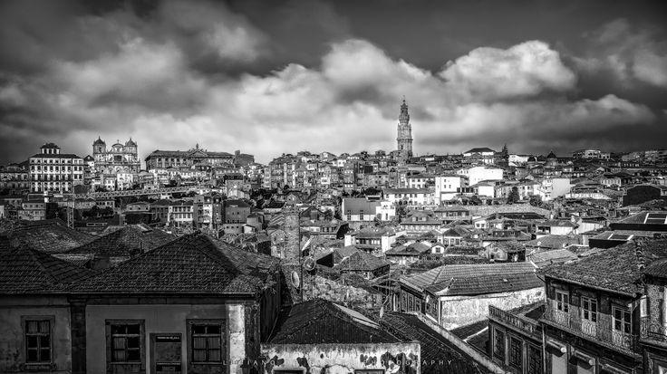 Morro da Sé - Foto feita da sacada da Sé do Porto com vista para a Torre dos Clérigos no fundo e o feeling desta cidade singular.
