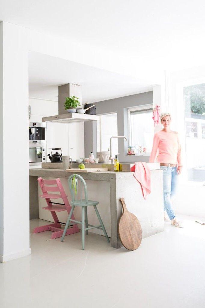 Stoere keuken met beton, gecombineerd met pastelkleuren.
