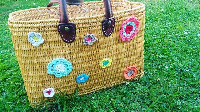 """Des fleurs au crochet se sont """"accrochées"""" sur mon panier 😃😃😃#fleurs #fleursaucrochet #crochet #crochetaddict #homemade #faitmain #diy #diyproject #cestmoiquilaifait #zodio_home #concours_zodio #instadiy"""