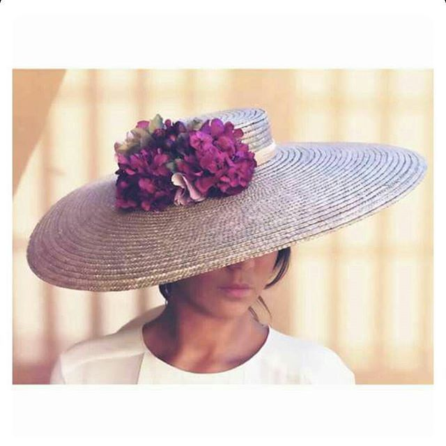También en #MissDaisy Sé la #invitadaperfecta con esta espectacular #pamela #bodas #boda #invitada #invitadas #invitadasperfectas #tocados #flores #coronasdeflores #canotier #cinturonflores #cinturonesdeflores