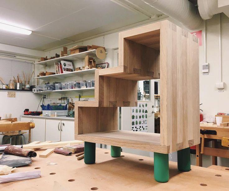 Har byggt en liten bokhylla/pall/nattduksbord/trappa för barn.