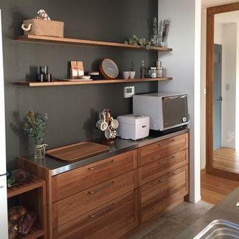 インテリア好きさんに今人気なのが、一面だけ壁の色を変えること。こんなチャコールグレーもモダンでおすすめです。このようにやや赤みのある木製家具と組み合わせると、温もりも感じられるインテリアに♪