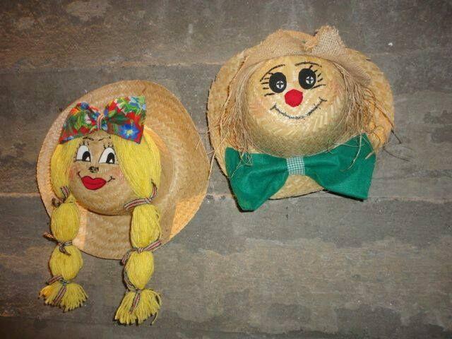 Bonecos de chapéu de palha