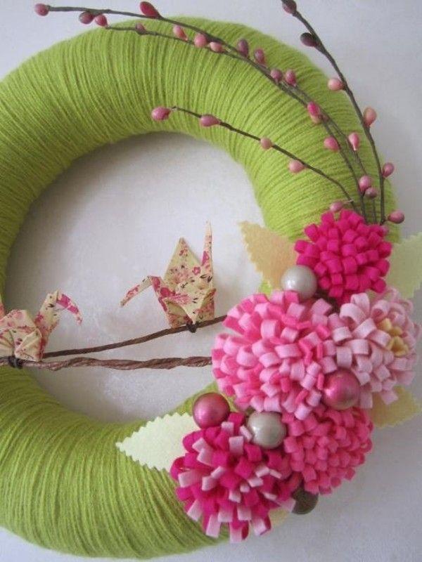 décoration de printemps avec une couronne de porte embllie par des fleurs