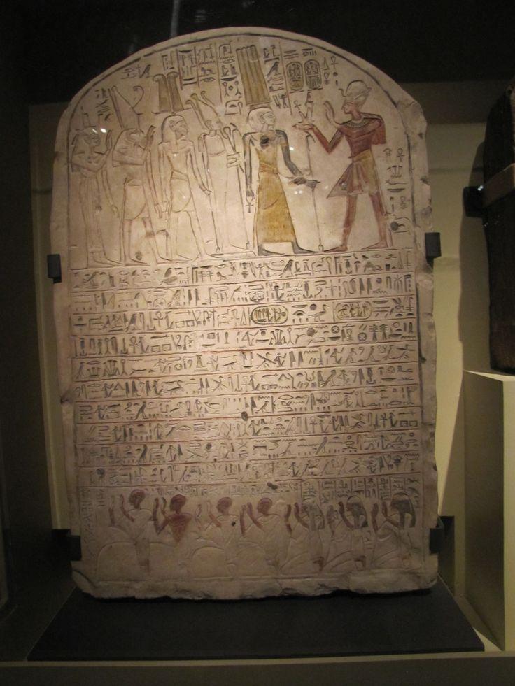 Estela de Hori, con representación de faraón ofrendando una figura de Maat (Imperio Nuevo).