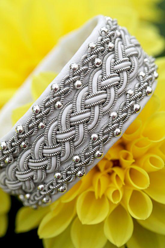 Lindas armband: Brett vitt tennarmband med fyrflätor och silverpärlor