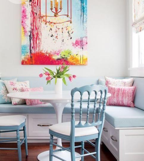Угловой диван с нишей позволяет уместить больше людей за столом и хранить вещи в шухлядах