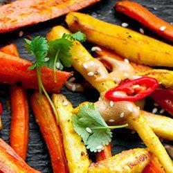 Pieczone warzywa korzeniowe z sosem orzechowym | Kwestia Smaku