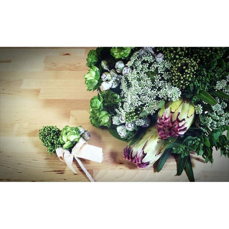 素敵なブーケとブートニアは ・ #peuconnu さんにお願いしたもの ・ グリーンのバラとこの大きなお花が ・ ポイントです♡ ・ 大きいお花の名前忘れてしまった、、、😭 ・ ・ ・ #スターシャワー #星 #ボウタイ #手作り結婚式 #プレ花嫁 #結婚式準備#invitation #ハンドメイド #weddingnewspaper #プレ花嫁 #招待状 #結婚式招待状 #招待状作り #招待状ニュースペーパー風 #ニュースペーパー風 #invitation #invitationcard #結婚準備 #招待状結婚式 #新聞風 #前撮り #結婚式前撮り #前撮り結婚式 #ロケーションフォト #招待状デザイン #招待状作成 #料金別納郵便 #料金別納マーク #招待状切手 #フォトブース
