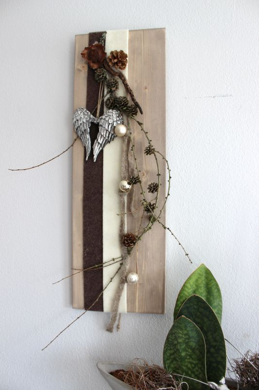 AW36 – Winterliche Wanddeko! Holzbrett dekoriert mit Filzbändern,Kugeln, natürlichen Materialien und einen Engelsflügel! Preis 29,90€