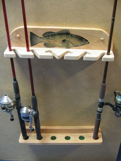 Unique et décoratif mural canne à pêche rack peut contenir jusquà 6 Cannes et moulinets. Construction de chêne massif. Fait sur commande, finition poncé et fini avec un résistant à la main. Poisson appliqué à la section supérieure de rack et scellé de façon permanente avec un revêtement de polyuréthane. Support peut contenir 6 combinaisons de lumière ou d'eau douce eau salée canne/moulinet. Est hauteur réglable pour s'adapter à la longueur des tiges. Taille compacte pour où espace du mur…
