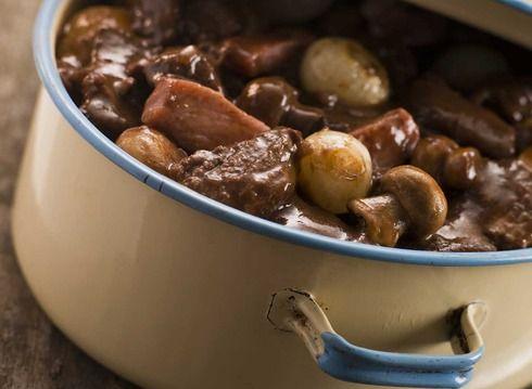 Préparer la marinade 24 h à l'avance. Dans une casserole inoxydable, faire bouillir le vin rouge et le flamber. Puis le laisser refroidir complètement