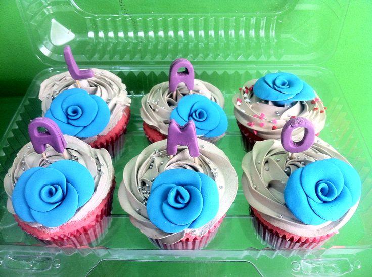 Cupcakes de vainilla con masa rosada, crema sabor avellana y decoración en fondant