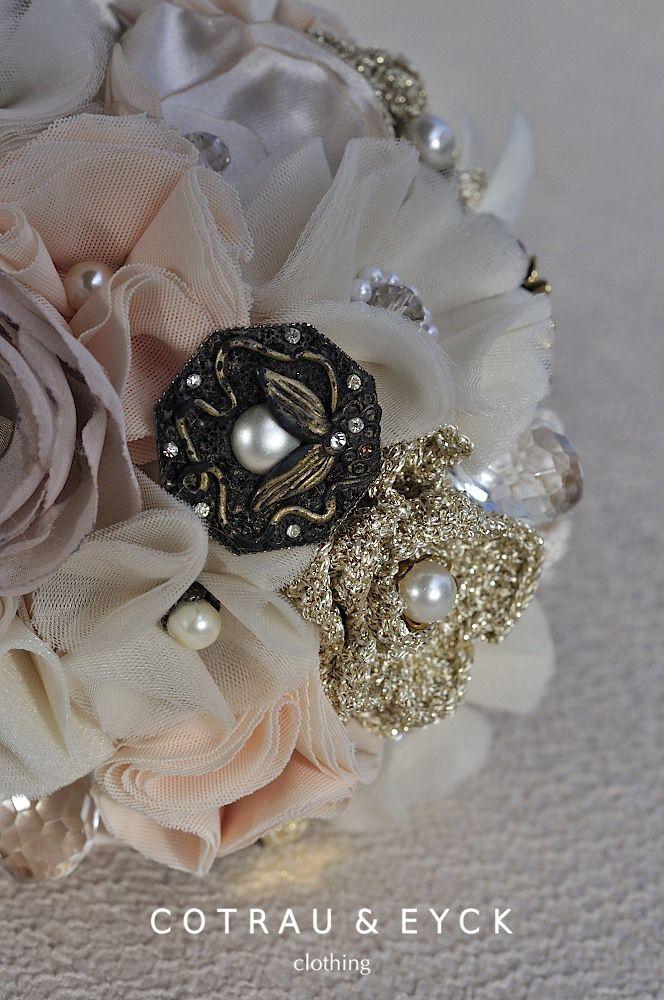 """Buchet de mireasa """"Gatsby"""", realizat din flori textile ,flori crosetate manual.Accesorizat cu brose ,perle,nasturi , cristale swarovski si pene."""