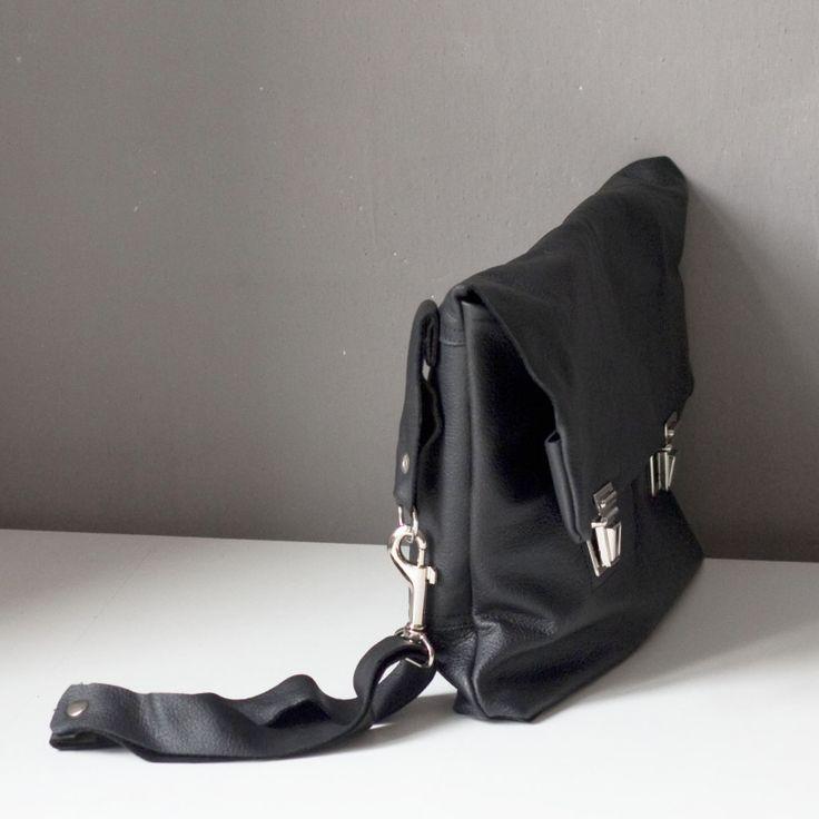 Kopertówka z tornistrowymi zapięciami. #blackbag #clutch #briefcase