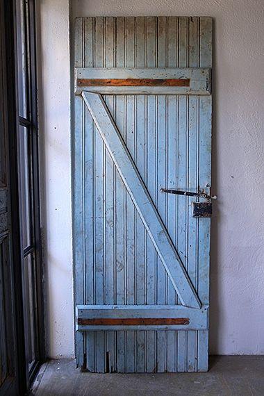 ペールベルーのコテージドア-cottage door 明るい場所へ通ずる裏木戸。フランスの街角を歩いていると、民家の壁やドアの色合いのなんと素晴らしいことか。100年・200年前の素材をそのままに、代々幾多の人々が色を塗り重ね、時代を経た古いものしか勝ち得ない風合いを醸し出しています。こちらのドアは、木部に朽ちが御座います。