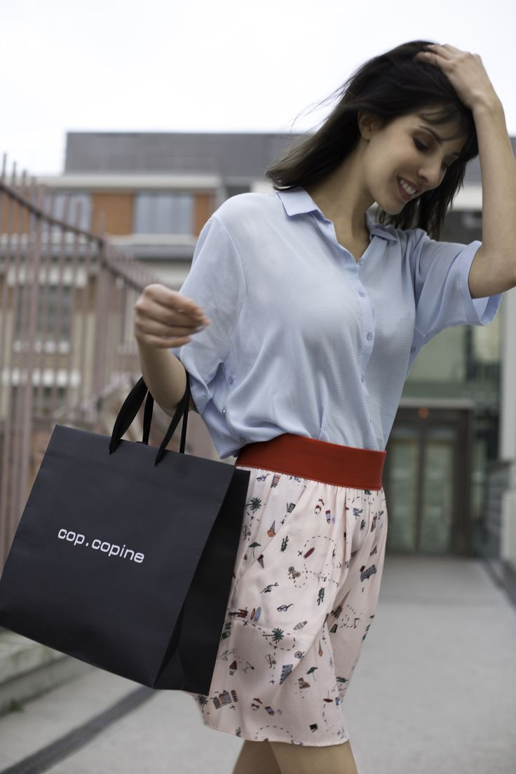 Une session shopping entre copines ? 👜  Nous on dit OUI ! Une petite jupe fantaisie pour égayer sa journée 😉 On file en boutique ou sur l'eshop #copcopine #skirt #mode #summer #shopping