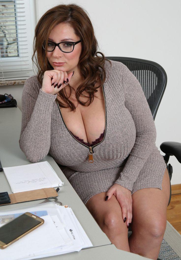очкастая дама с большими сисяндрами фото - 5