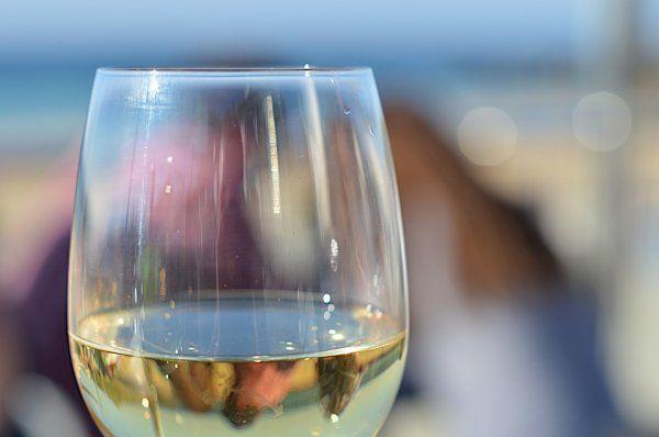 Ученые: Белое вино провоцирует появление угрей http://actualnews.org/exclusive/164738-uchenye-beloe-vino-provociruet-poyavlenie-ugrey.html  Ученые Университета Брауна (Род-Айленд, США) выяснили, что белое вино провоцирует появление угрей. О неожиданной опасности этого напитка рассказывает Daily Mail.
