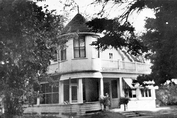 Casa Loma Early Date / Late Date:	[after 1911]  f L.N. Poulin's home, Casa Loma at 9 Crescent Street, Britannia Heights.  Ottawa Museums & Archives Collection