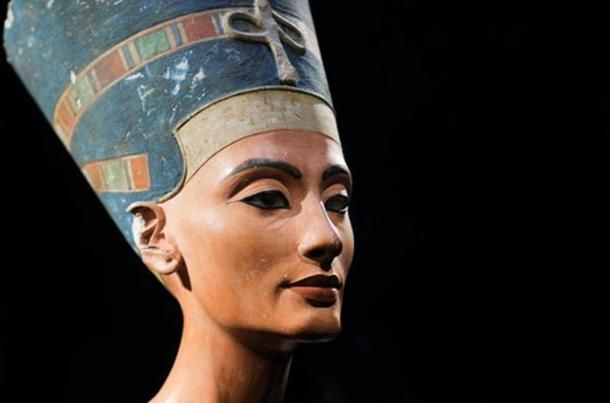 The iconic bust of Nefertiti, discovered by Ludwig Borchardt, is part of the Ägyptisches Museum Berlin collection, currently on display in the Altes Museum