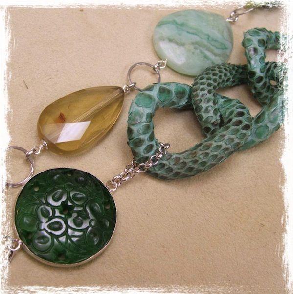 Collana con piastra in giada incisa, quarzo lemon, african green jade, gruppo di anelli rivestiti in pelle di rettile, elementi in argento