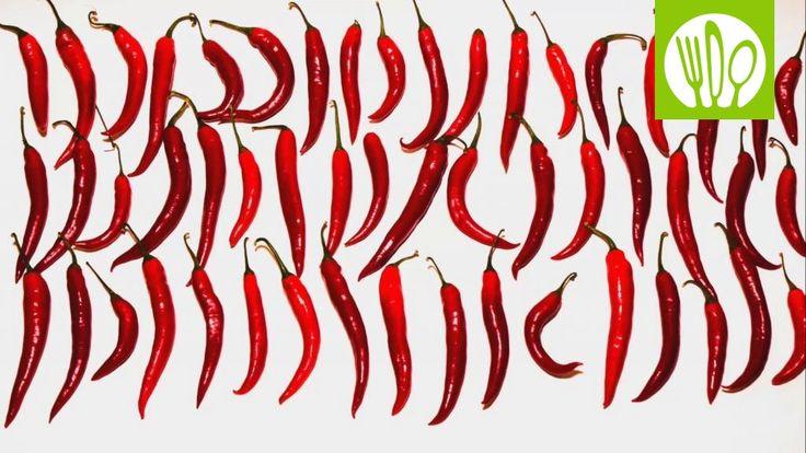 Tulinen sriracha-kastike on noussut suureen suosioon myös Suomessa. Katso videolta, miten valmistat herkullista kastiketta kotona vain 20 minuutissa.