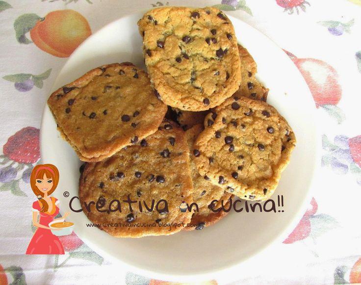 Cookies con gocce di cioccolato all'americana. Per la ricetta >> http://creativaincucina.blogspot.it/2015/03/cookies-con-gocce-di-cioccolato.html _________ Chocolate chip cookie American. For the recipe >> http://creativaincucina.blogspot.it/2015/03/cookies-con-gocce-di-cioccolato.html