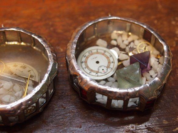 ステンドグラスのティファニー技法で制作致しました。ガラスの中には鉱石や機械時計パーツ、蓄光石などを閉じ込めました。太陽光や蛍光灯などの光を吸収し、夜になると仄...|ハンドメイド、手作り、手仕事品の通販・販売・購入ならCreema。
