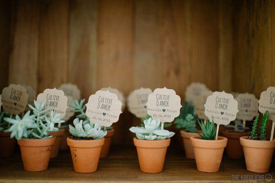 Uma seleção de 32 ideias de lembrancinhas originais e criativas para você entregar aos convidados na saída do seu casamento!