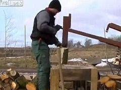 薪割りってかなりセンスが問われる作業だと思いますが、このお手製の薪割りマシーンを使用すると、簡単にサクサク切れちゃいます。ちょっと大きいですが、ウクライナの男性が製作しました。