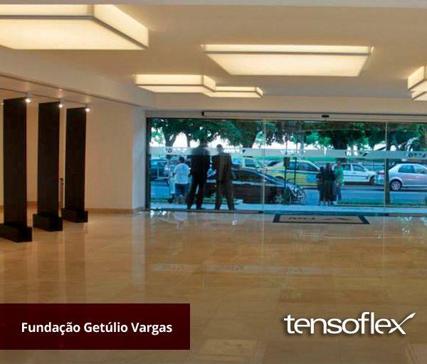 O novo lobby do prédio da Fundação Getúlio Vargas conta com luminárias em telas Tensoflex translúcidas, com iluminação por fitas de LED branco.