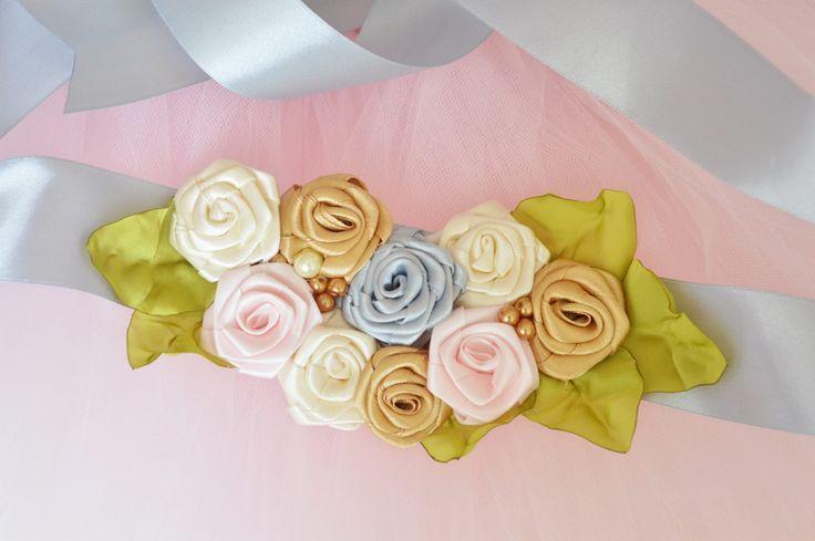 Pas na sesję brzuszkową, pas także wykorzystać do sesji noworodkowej. Piękne, pastelowe kwiaty z listkami, szarfa srebrna, bardzo długa o szerokości 4 cm. Na zamówienie dostępna także inne kolory.   Dostępny w butiku MadameAllure!