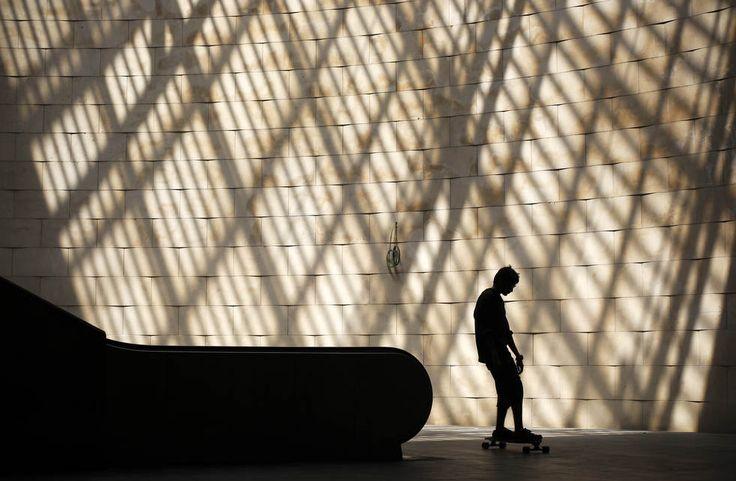 Молодой человек катается на скейтборде возле станции метро «Кайш-ду-Содрэ» в Лиссабоне, Португалия, 26 мая 2012 года. (AP / Francisco Seco)