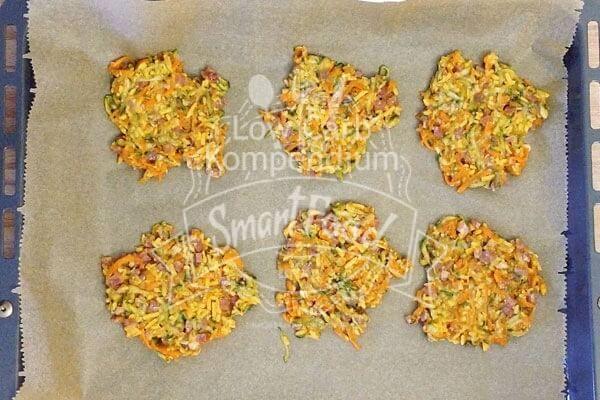 Die Gemüse-Käse-Taler auf dem Backblech
