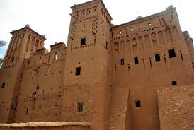Ksar van Ait Ben Haddou is een treffend voorbeeld van Zuid-Marokkaanse architectuur. De Ksar is een in wezen collectieve groep van woningen. Binnen de verdedigingsmuren versterkt door hoektorens en doorboord door een schot gate huizen hergroeperen - enkele bescheiden... http://www.kasbah-ait-ben-haddou.com/nl/