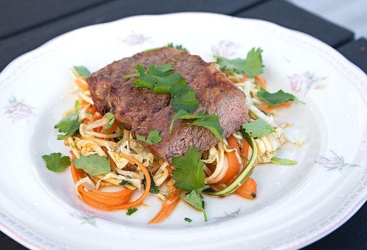 - Asian glazed ryggbiff med en zucchini & morotssallad
