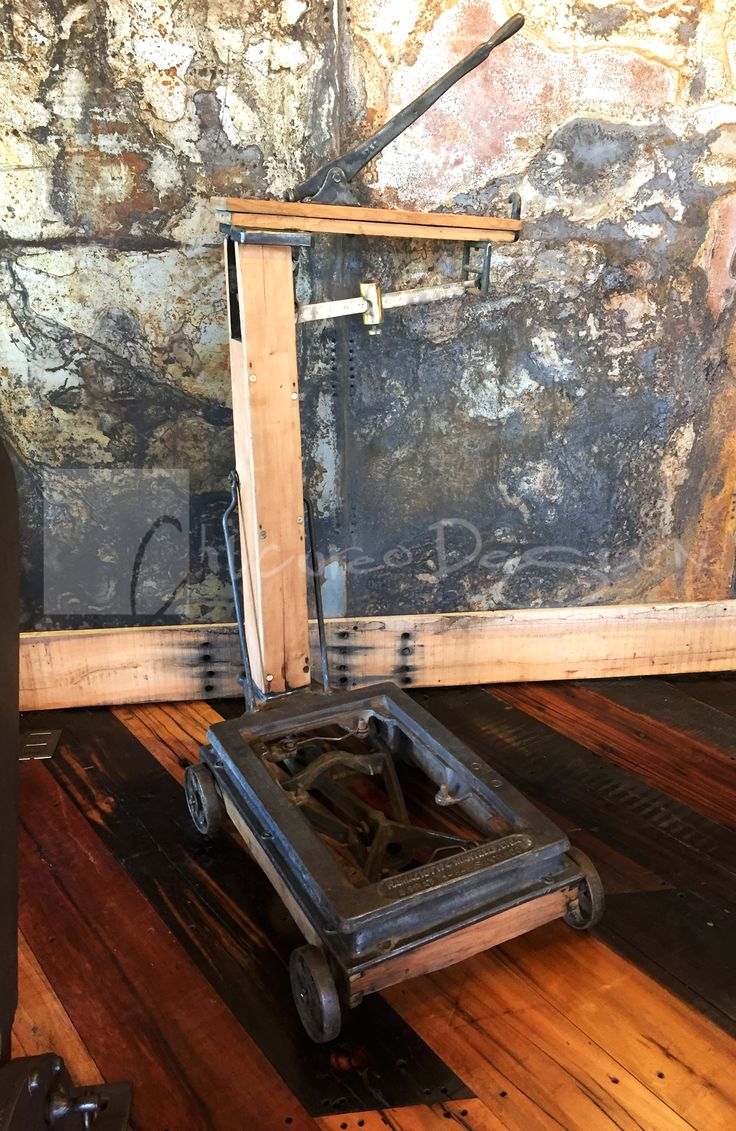 Chicureo Design. Romana antigua original restaurada con piezas de fierro forjado con estructura de madera y balanza de bronce. www.chicureodesign.cl