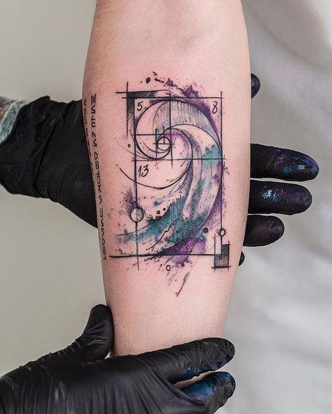 Sequência de Fibonacci em aquarela do Fabrício. A foto ficou por conta do Tchi, que sempre tira as fotos das tattoos aqui no estúdio. ☺️ #watercolor #aquarelatattoo #aquarela #fibonacci #tatuagem