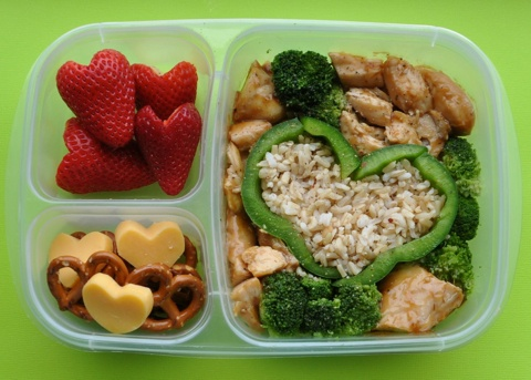 Strawberries, pretzels & cheese, teriyaki chicken & garlic rice, broccoli & green peppers. Lots of love in this lunch, there are hearts in every section