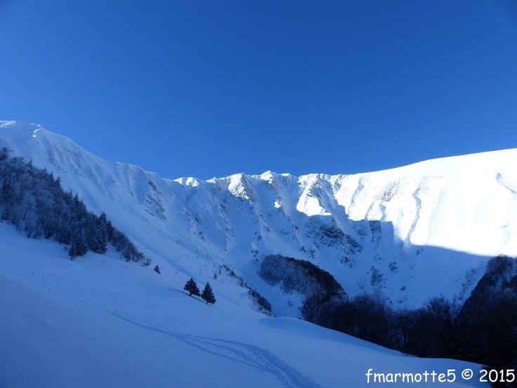 Il a fait beau tous les jeudis du mois de f�vrier 2015. Ce 26 entre deux chutes de neige d�part � 8h45 du D�sert sur la commune de la Morte plus connue sous le nom d'Alpe du Grand Serre. Ici se trouve un � Espace ski de rando � un r�seau de stations qui...