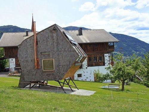 """坂井直樹の""""デザインの深読み"""": まるでハウルの動く城のようなオーストリアの家「ufogel」は最高に美しい山の景色を見下ろす丘の上に建てられている。"""