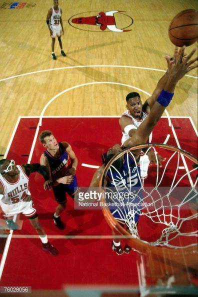 Fotografia de notícias : Stacey King of the Chicago Bulls attempts a shot...