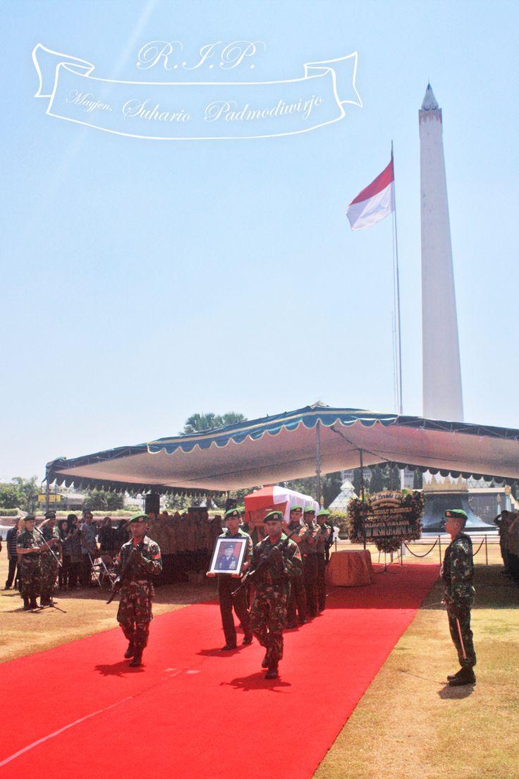 Suasana pemberangkatan jenazah dari Monumen Tugu Pahlawan menuju Taman Makam Pahlawan di Jalan Mayjen Sungkono.
