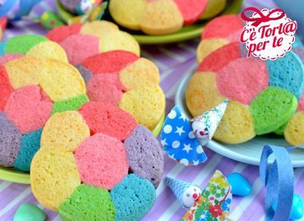 I più piccolino adoreranno questi golosissimi Biscotti technicolorper #Carnevale!  Scopri come preparare la ricetta...