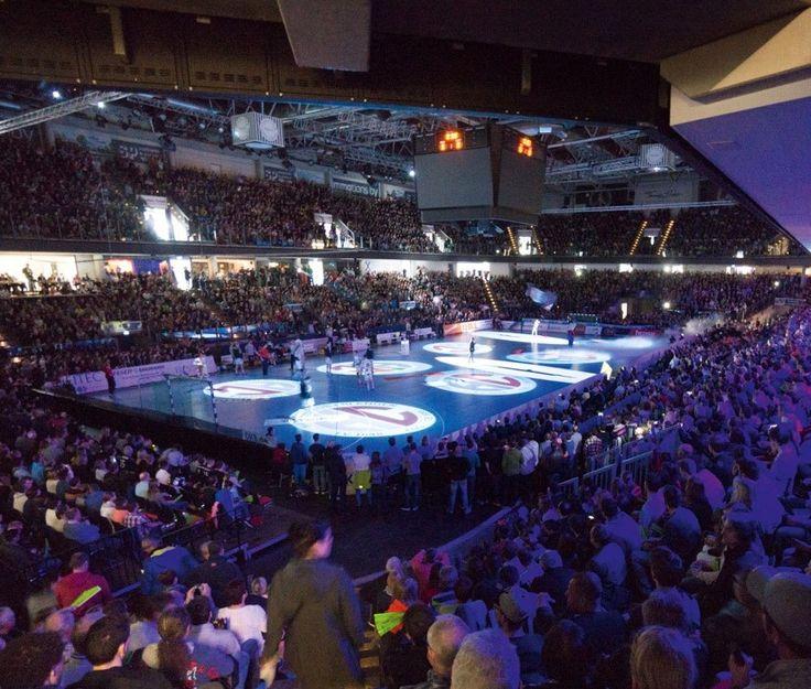 Der HC Erlangen wird am Pfingstmontag mit über 8.000 Fans ein großes Handballfest in der Arena Nürnberger Versicherung feiern. Der Erstliga-Aufsteiger aus Erlangen hat dann den Traditionsverein TUSEM Essen in der Arena Nürnberger Versicherung zu Gast. www.hc-erlangen.de #hbl #erlangen #hce #handball #hlstudios #einteameinziel #wirkommenwieder