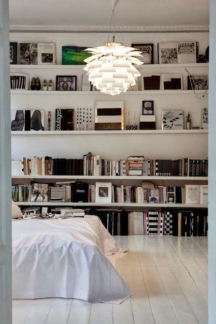 De simples étagères et le mur de la chambre se transforme en bibliothèque.
