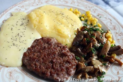 Ecco uno dei piatti tipici dei rifugi bellunesi: pastin con polenta, formaggio e funghetti. BUON APPETITO!!!!  Belluno Dolomiti Veneto Italia