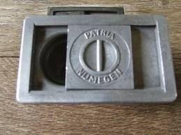 inktpot in de schoolbank, samen met de kroontjes kwamen de letters op papier,soms ook inktvlekken Oeps